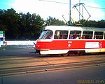 Jedoucí tramvaj. Všiměte si, jak je jakoby zkosená - podle všeho je snímač pomalý a snímá po řádkách, takže než dojede od prvního řádku k poslednímu, tramvaj se posune o pár desítek centimetrů...